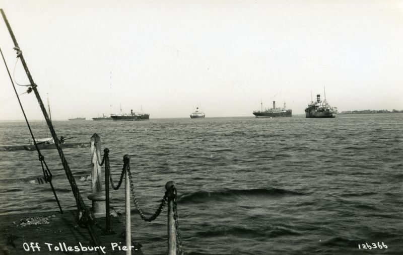 Off Tollesbury Pier. Postcard 126366, not mailed.